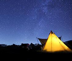 丘の上で寝ながら星空を楽しむ
